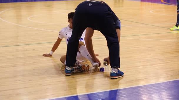 Uomo aiuta uomo ferito al campionato russo di gioco del calcio