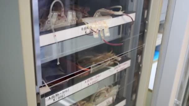 fagyott vér csomagok tárolására szolgáló hűtőszekrény