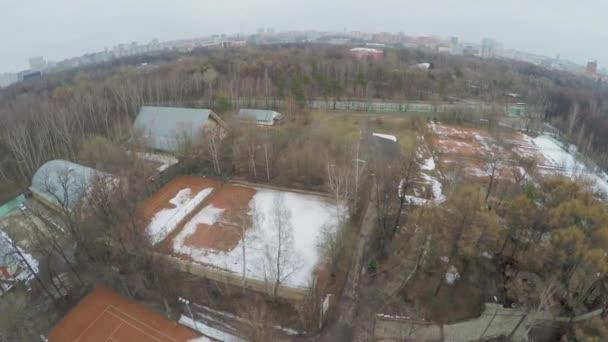 Panoráma města a tenisové kurty, které jsou pokryty sněhem