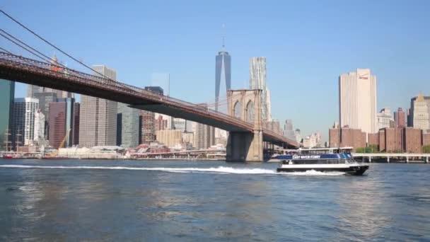 Manhattan, Brooklyn Bridge a loď v New Yorku