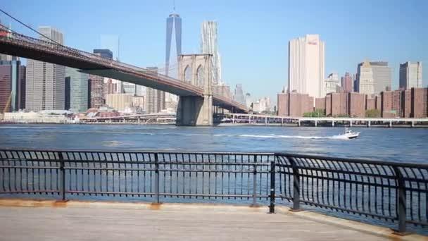 Quay, Brooklyn Bridge a plovoucí lodě v New York city
