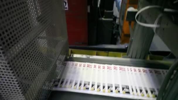 nové časopisy na dopravníku v typografické dílny