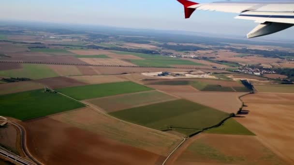 Pohled z uvnitř letadla prostřednictvím okénka