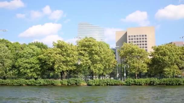 Nábřeží s zelenými stromy a vysoké budovy