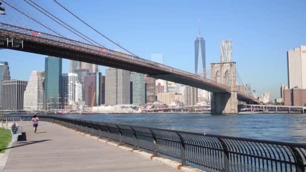 Felhőkarcolók, a Brooklyn-híd és a felismerhetetlen nő fut