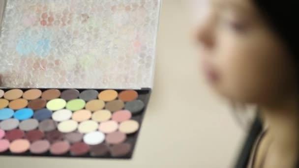 Vizážistiku pracuje s tváří modelu drží oční stíny kolekce