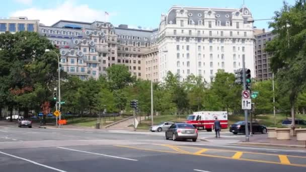 Hasičské auto a moderní budova ve Washingtonu