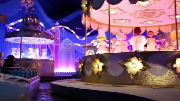 Panenky tančit v přitažlivosti tohoto malého světa v Disneylandu