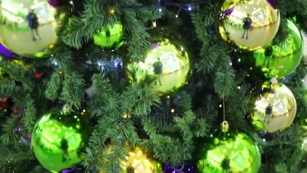 Glänzende Kugeln hängen am Weihnachtsbaum