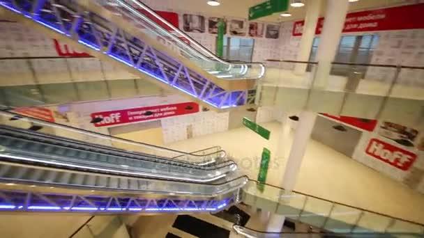 e31439bce396 A kék fény a bevásárlóközpont megvilágított mozgólépcsők– stock felvétel
