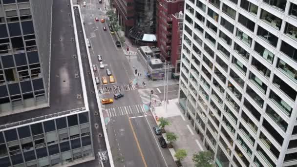 auta a chodce na ulici mezi mrakodrapy