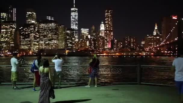 Turisté střílet noční pohled z New York city