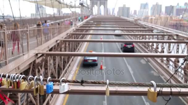 Zámky visí na Brooklyn Bridge s přesunem aut a lidí