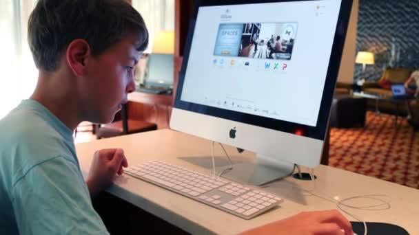 Chlapce pracuje s počítačem Apple v Bostonu