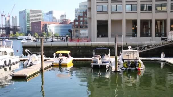 Molo s motorové čluny poblíž budovy v Bostonu