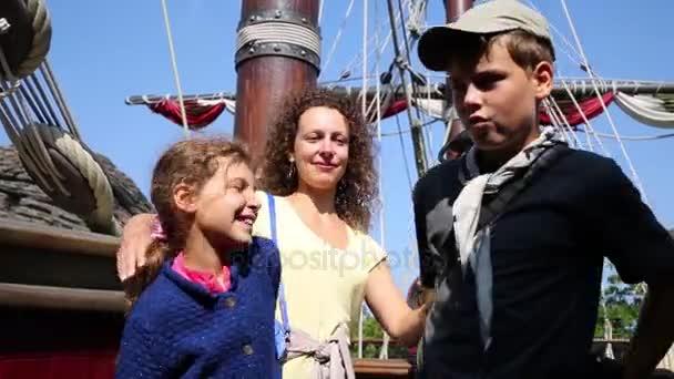 Žena s dětmi představuje na pirátské lodi