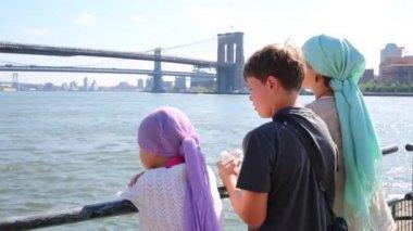 Matka a dvě děti plout na lodi nedaleko New Yorku