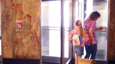 Dívka a žena jít lítacími dveřmi
