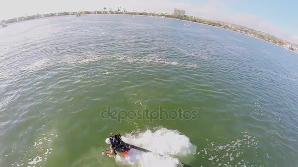 Člověk začne létat na vodním paprskem