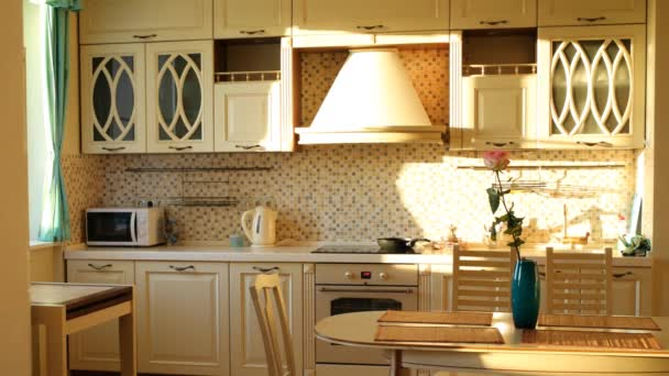 Slunce svítí z okna v moderní kuchyni.