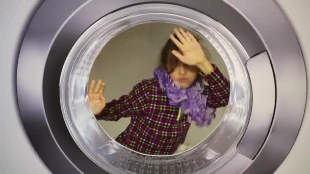 óriási mosógép fonó lány