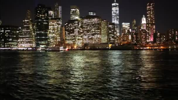 Mrakodrapy v blízkosti řeky v New York city