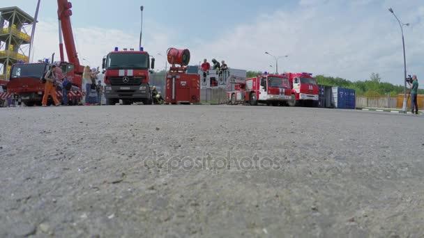 Reportéři chůze od hasičské stanice poblíž zvláštní dopravu