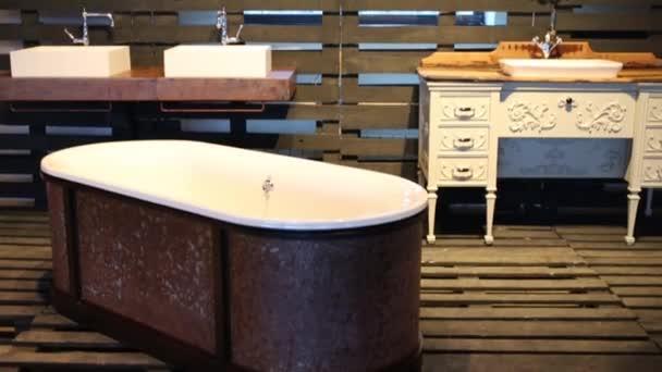 Vintage bellissima vasca da bagno e lavandini nel padiglione di