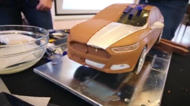 Nedokončený hliněný model vozu