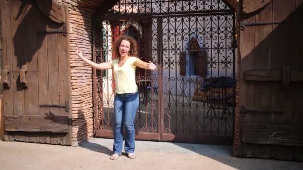 Usmívající se žena tance na ulici