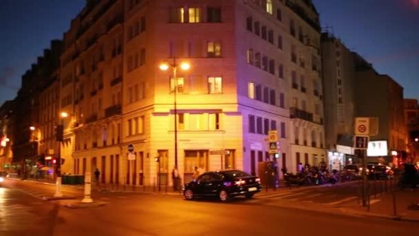Nároží s osvětlení v noci v Paříži