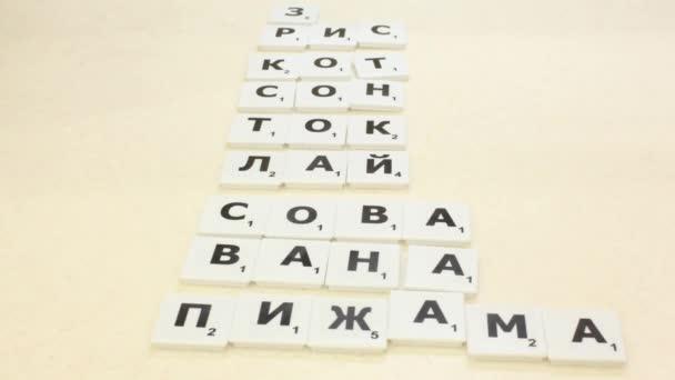 Auf den Tisch gelegt, die Buchstaben aus dem Spiel Scrabble