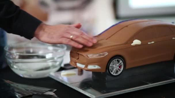 Muž smáčení hliněný model vozu
