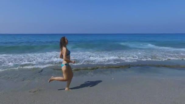 Žena vede od moře