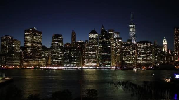 Mrakodrapy v blízkosti řeky v New Yorku v noci