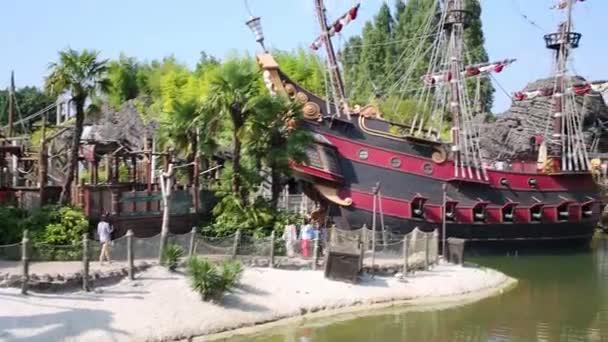 Pirátská loď v Disneylandu v Paříži
