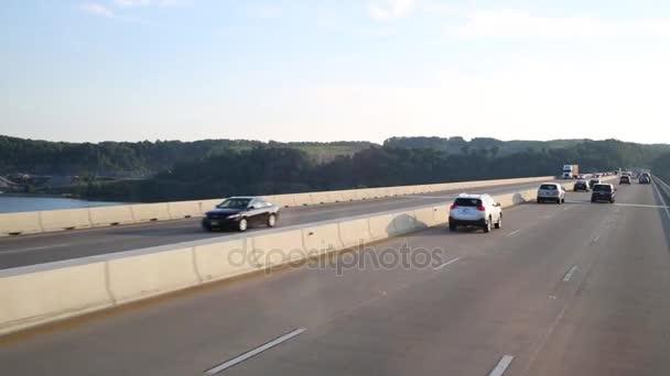 moderní automobily rychle přesunout na velký most