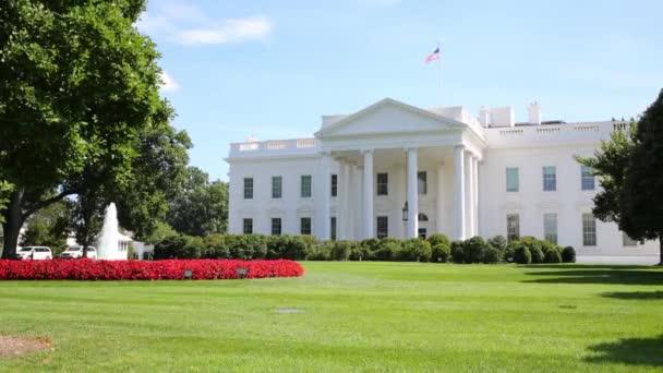 Bílý dům s vlajkou ve Washingtonu