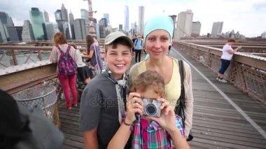 Matka s dvěma dětmi na Brooklynský most