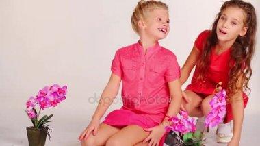 Красивые девочки ласкаются видео фото 504-989