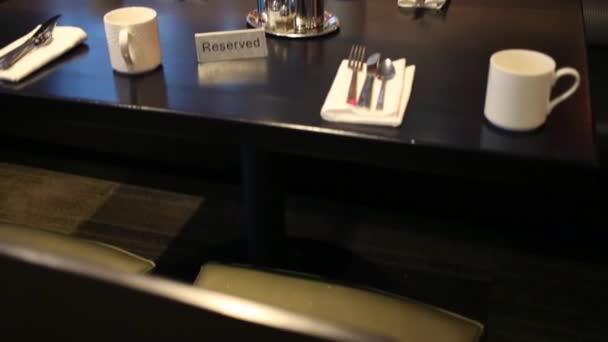 Vyhrazená tabulka s porce v restauraci