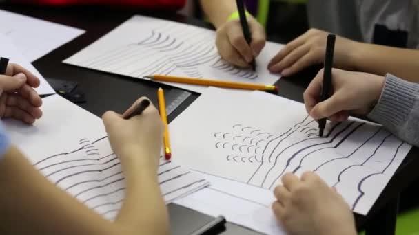 Los niños dibuja líneas de pintado mano — Vídeo de stock © Paha_L ...