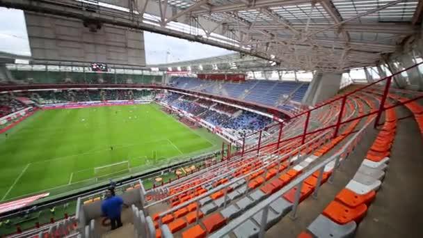Tribuny a hřiště na stadionu Lokomotiva