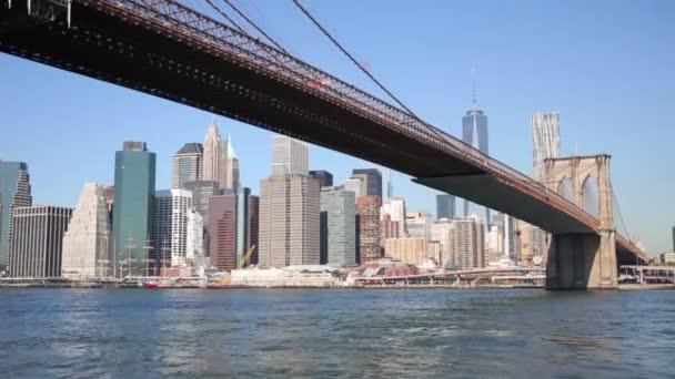 Felhőkarcolók, a Brooklyn-híd és a New York City East river