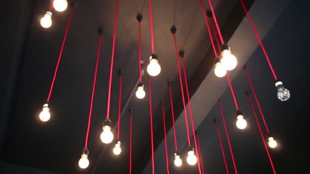 Techo con colgantes en cuarto oscuro — Vídeos de Stock © Paha_L ...