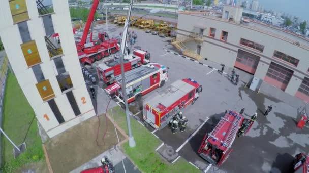 Hasiči se zvláštní dopravu na hasičské stanici