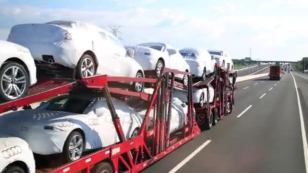 Nákladní automobily přesunout na silnici