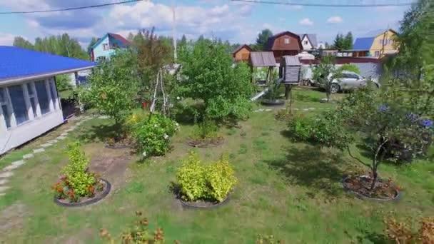 A nyári nap, vidéki házban kert