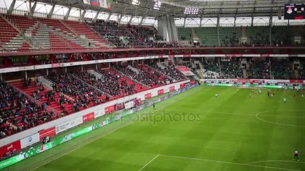 Hřiště a tribuny s fanoušky na stadion lokomotiva
