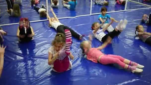 Děti dělat cvičení v klubu trampolína